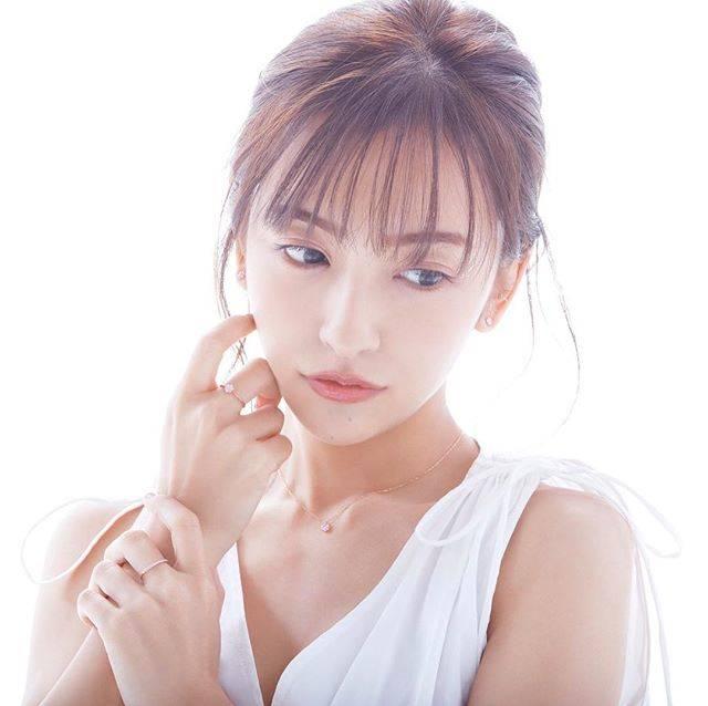 """【公式】amie jewel on Instagram: """"可憐なデザインのフルレットシリーズをご紹介します。 花をモチーフにし女性の柔らかい雰囲気にマッチするようデザインされています。ピンクダイヤモンドの美しいピンクカラーがアクセントになり、より女性らしさを引き出します。 . Tomomi Itano × amie jewel…"""" (696279)"""