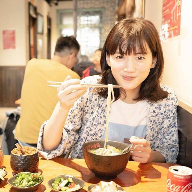 """ハルカノイセカイ on Instagram: """"林東芳牛肉麺 台北市中山區安東街4-3號  あっさりスープにもちもちの太麺🍜 牛肉、牛すじが入った牛肉麺は台湾のソウルフードの一つ。この日はランチで頂きましたが、朝4時まで営業しているので、夜飲んだ帰りに立ち寄る人も多いみたいです。日本でいう〆ラーメンですね🍜…"""" (696922)"""