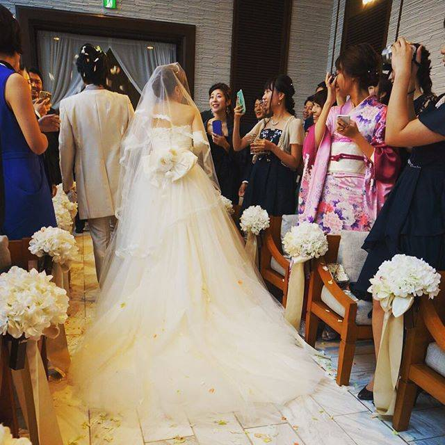 """山田千尋 chihiroyamada on Instagram: """"世界で1番大好きな家族や友人に見守られ 迎えた式は人生で1番幸せな日でした。  夢のような時間をありがとう。 幸せになります  #新郎新婦終始泣いていてごめんなさい #みんな大好き #wedding#chihiroswedding#dress#weddingdress#ドレス…"""" (696983)"""