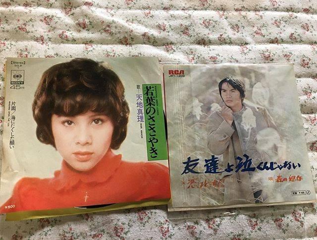 """sapphire on Instagram: """"実家で片付けしてたら、出てきた古いレコード。姉が小学生の時に初めて母に買ってもらったものだそうです。森田健作さんって歌手だったんですか❗️ #天地真理#森田健作#古いレコード#レコード#昭和レトロ#ノスタルジー"""" (702359)"""