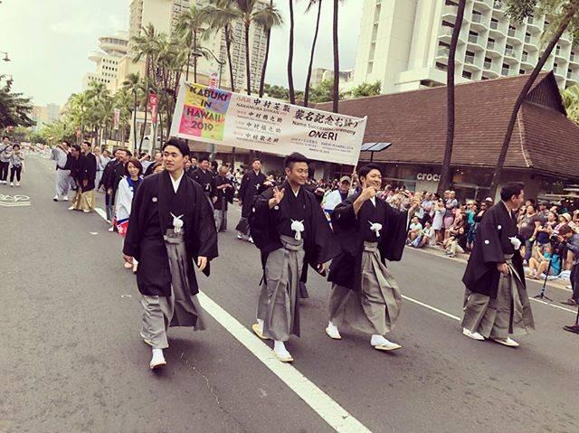 """中村福之助 on Instagram: """"『KABUKI IN HAWAII』 無事に打ち上げることができました。 襲名記念公演ということでホノルルフェスティバルに参加することができ、またパレードにも参加させて頂いてとても貴重な経験をさせて頂きました。 ハワイで紋付を着て練り歩く。夢のような時間でした。…"""" (702637)"""