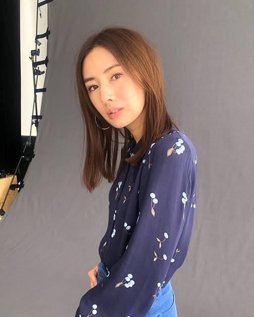 "Rie Aoyama on Instagram: ""@inrededitor 発売中♡中ページもとっても素敵です✨ぜひ見てくださいね!!#北川景子 さん#中ページ#inred#inredmagazine #オフショット#hairmake #makeup#青山理恵"" (705572)"