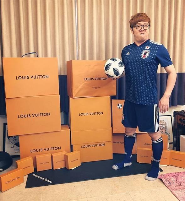"HIKAKIN ヒカキン on Instagram: ""ルイ・ヴィトン日本代表、ヒカキンです。近日動画公開予定😎👊 #日本代表#louisvuitton #fifa#ワールドカップ#W杯"" (710304)"
