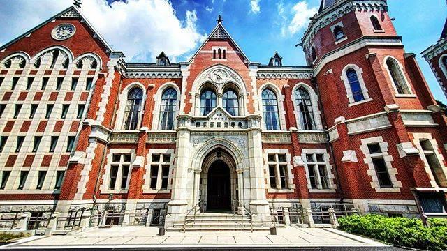 """Takatsugu Hosoda on Instagram: """"母校へ。旧図書館の改修が終わり、夏空に合う赤レンガ。この右手には東門があり、ここの風景は本当に好きな場所。  と思ったら、あ!!先生(福澤諭吉像)がいなくなられておる。 どこに移ったのか。。。 #galaxyカメラ部  #広角風景部  #慶應義塾大学  #三田キャンパス…"""" (712276)"""