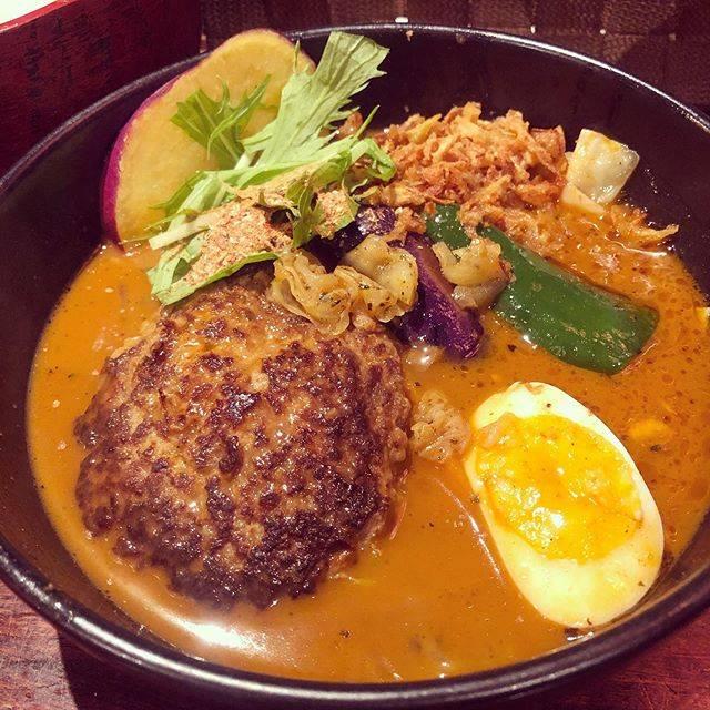 "nanako on Instagram: ""前回の札幌では食べなかったので。  スープカレーと決めていた🍛  奥芝商店の、  宗谷牛100%おくしバーグのスープカリー。  スープはおくおく。 追加トッピングはフライドオニオン。 辛さは睦月。 白米の小盛り。  というやつです‼…"" (741979)"