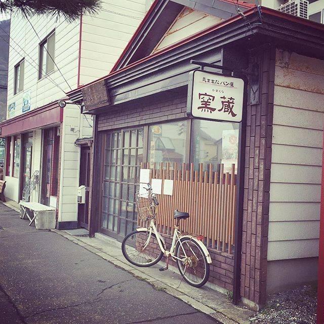 """kyoko on Instagram: """"2016.4.22 ☆パン屋さんはこんな感じ☆家庭訪問…3時半からだよ。先生、まだこないわ〜〜笑4時から 弟の先生くるのにどうしましょ。先ほどの さくらあんぱんしっとり ほんのり 桜あんの香りが美味しかったよ。"""" (742629)"""