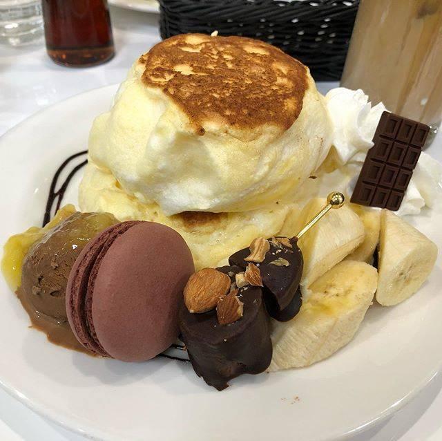 MihokoはInstagramを利用しています:「ブールミッシュ ✴︎リコッタ・パンケーキ〜チョコバナナ〜 ¥1,430(ドリンク付・税込)  今月までのチョコバナナ🍌🍫 お母さんと食べてきた😋🥞 やっぱりバナナとチョコは合う!! バナナソースもマカロンも美味しくて大満足〜👏👏 バナナがしっかりあるのでお腹いっぱいです👌…」 (744409)
