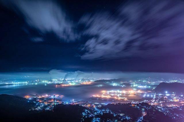 """室蘭工場夜景+α展@冬は氷筍写真家 on Instagram: """"11月にこんな霧がでるなんて。#海霧 #みんなの室蘭工場夜景 #室蘭港 #測量山 #tokyocameraclub"""" (748281)"""