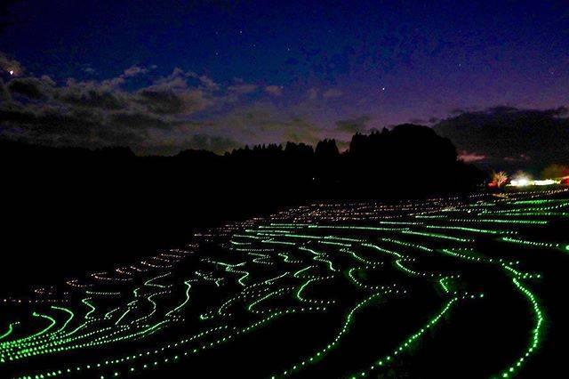 "shuri on Instagram: "". . 日本の棚田百選に認定されている 鴨川にある大山千枚田 . . ずっと行きたかった場所 . . 夕暮れ前に到着して、暗くなるのを静かに待つと… 少しずつ棚田に明かりが灯りました。 . . ✴︎ ✴︎ ✴︎ ✴︎ ✴︎ ✴︎ ✴︎ ✴︎ ✴︎ ✴︎ ✴︎ ✴︎ #大山千枚田…"" (750465)"