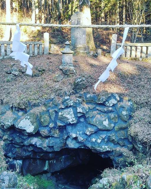 "Kazumi Kasuga on Instagram: ""【浅間大菩薩の御在所…人穴浅間神社】  昨年、ここを信仰してる 霊脳者のお婆さんにお祈りの仕方を 教えて戴いたのでお礼参りしてきたした。  長靴と懐中電灯、蝋燭、ライターを持って中に入りました。  観光協会の方に自己責任ですが…と 承諾を得えました。  中は真っ黒です。…"" (751609)"