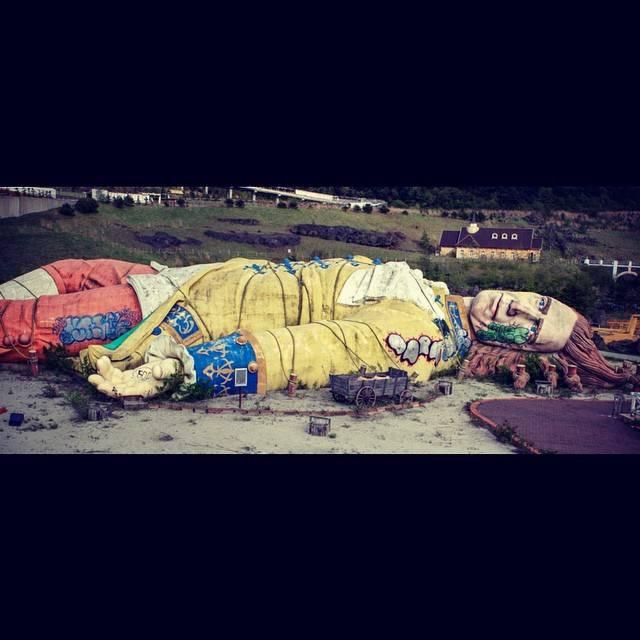 """麻子 on Instagram: """"子供の頃、TV神奈川でよくここのCMやってたな。ガリバーの体長45mあるんだって! Ruins of Japan's crazy theme park """"Fuji Gulliver Kingdom"""". Gulliver reaches 49 yards long.…"""" (751693)"""