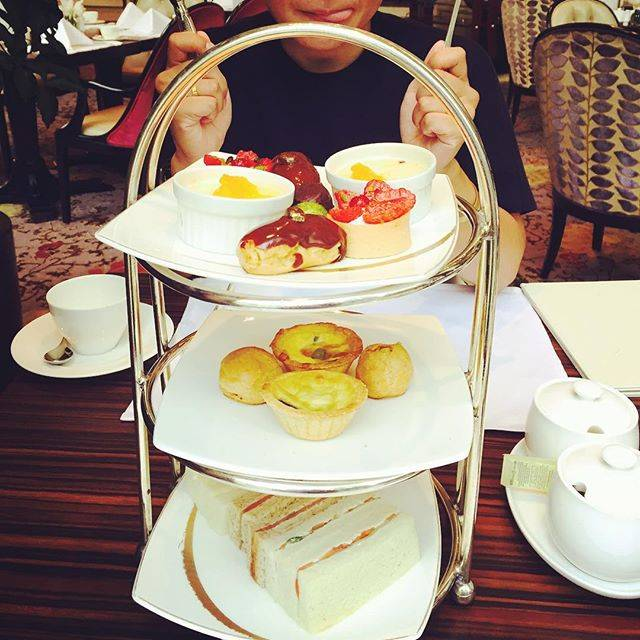 "慧之進 on Instagram: ""It's time to have a cup of tea!!😍☕️#afternoontea #brasserielessaveurs #singapore #orchard #cupoftea #stregishotel #アフタヌーンティー #ブラッセリーレサヴール"" (761266)"