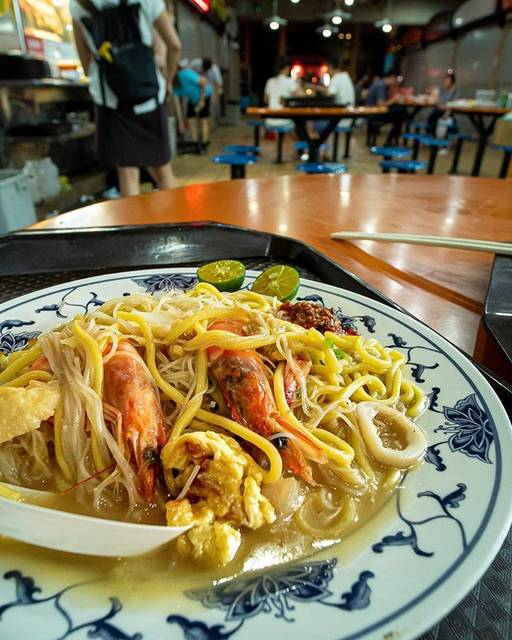 """TOM Photograph on Instagram: """"+ 「福建炒蝦麺」 海老出汁濃厚なやみつき麺!! シンガポールのチャイナタウンにある「Maxwell FOOD CENTRE」にて。 + """"Fried Hokkien Prawn Mee"""" This noodle with rich stock of shrimp is so…"""" (761684)"""