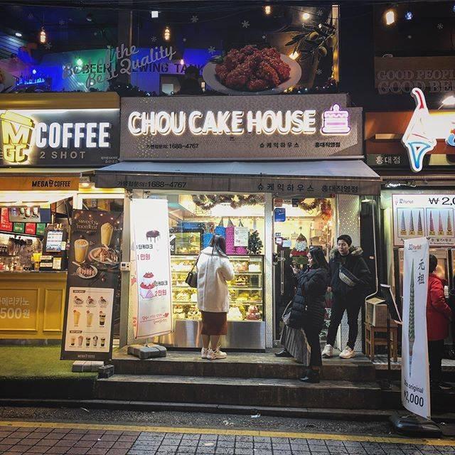 """kazuya takahashi on Instagram: """"1万Wの生クリームデコレーションケーキ🎂は格安だけでな〜い! うまっい、うますぎる❗️ 生クリームケーキはシンプルであって欲しい、そう願う方はココ安い、うますぎる〜。場所はホンデです。 맛있다.  싸다.  케이크.  hongik에 있습니다.…"""" (762430)"""