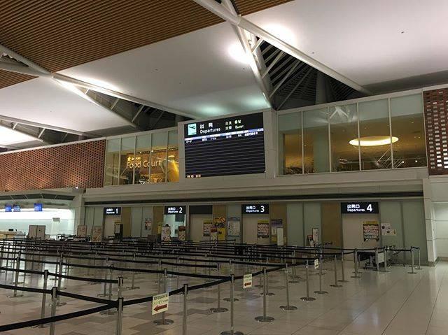 """Takayuki on Instagram: """"ゴールデンウィーク、今日まで仕事し明日からやっと束の間の休み。 仕事終わり、どういうわけかここに立っていますが、もうハワイ線も出発した後なのにここで一体何する気なのかと(笑) #北海道 #千歳 #新千歳空港 #新千歳空港国際線ターミナル #ゴールデンウィーク…"""" (762454)"""