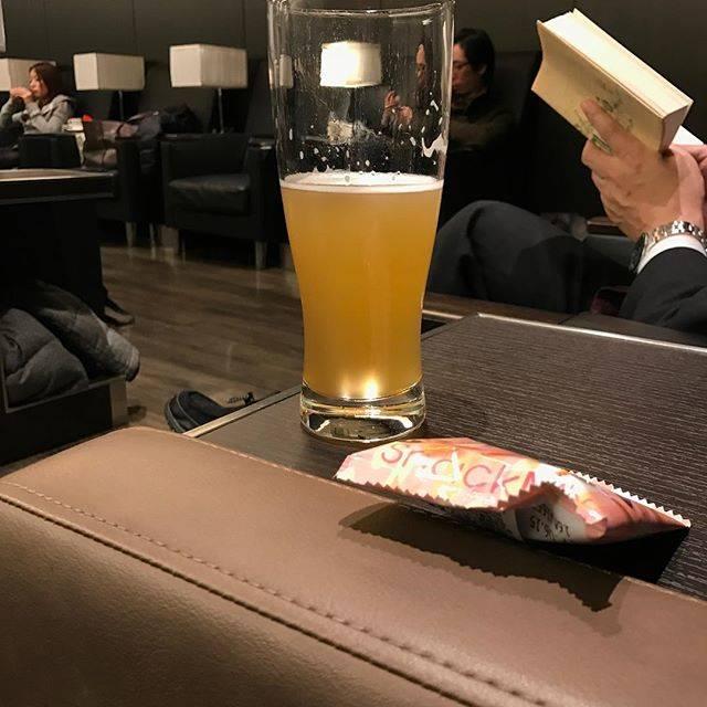 """Masato Kuroda on Instagram: """"北海道弾丸出張、いざ東京へ商談も終わりちょっと早いですがラウンジで一杯。北海道の地ビールがあっだのでいただきました^_^#北海道 #北海道出張 #北海道日帰り #地ビール #新千歳空港ラウンジ #仕事納め"""" (762593)"""