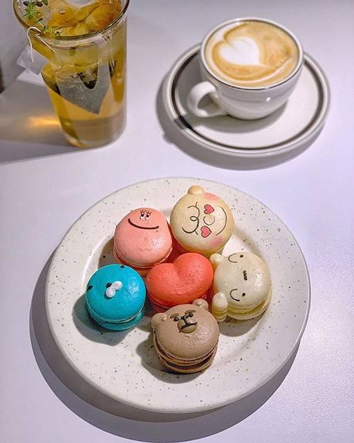 "Tu m' Korea |韓国カフェ情報マガジン on Instagram: ""・ 気になるカフェは忘れないように保存しておこう👆🏻🏷 ・ 今回は望遠洞にあるカフェ「Atmosphere(アトモスフィア)」のお写真をご紹介📷 Atmosphere(アトモスフィア)の名物はなんといっても可愛いキャラクターマカロン🐶…"" (762695)"