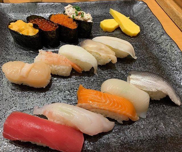 """ミキティ on Instagram: """"北海道に来ました。  早速お寿司ランチを思い、活一鮮さんへ。  こんなに豪華なネタが並んで15貫もあるのに1500円!! さらにサラダと茶碗蒸しとあおさ汁付き! どうかしてます、北海道。。。 #お寿司ランチ #北海道といえば寿司 #活一鮮 #活一鮮南3条店…"""" (762789)"""
