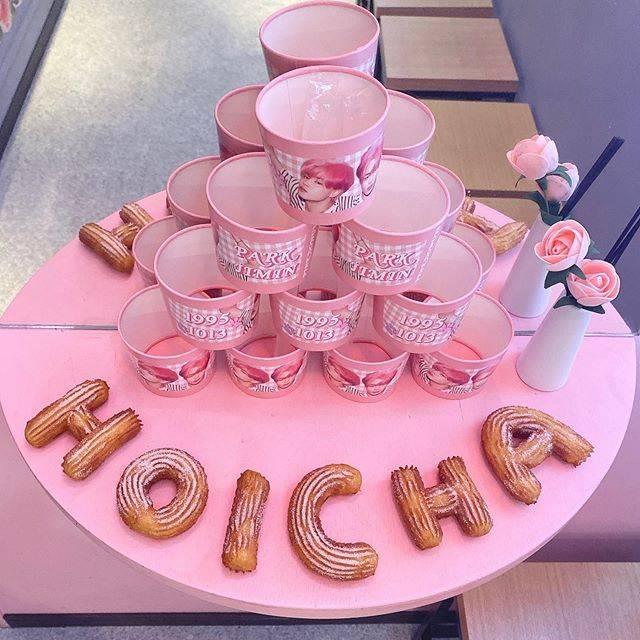 """🥰HOICHA 新大久保店🥰 on Instagram: """"ジミンちゃんのカップホルダー無事に終わりました!  たくさんご来店いただきありがとうございます!  次は12月にカップホルダーのイベントの予定ですので今後ともよろしくお願い致します!  #hoicha #チュロドッグ #新大久保 #ジミン #チュロス #タピオカ #タピオカ巡り…"""" (763768)"""