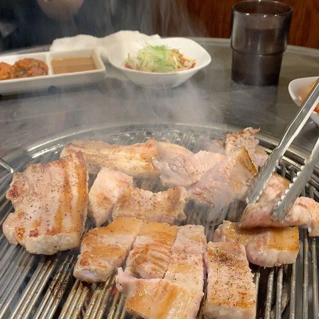 """MK on Instagram: """"先週のサムギョプサル忘年会。この後インフルエンザにかかってしまいダウン中…だんだんこってり系の食欲が湧いてきて、この動画を見れるようになってきました😊#koreanfood #サムギョプサル #赤坂 #インフルエンザa型 #熱が辛い"""" (763807)"""