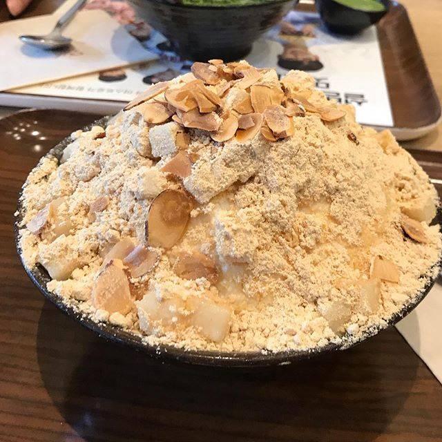 """ワカナの食感想文 on Instagram: """"【ソルビン】🚩原宿 『きな粉餅ソルビン』¥850  憧れのソルビーン!! きなことかき氷、、、?えっ? って思ってたけど、きなこと細かい氷が混ざり合っててきなこの粉々感がミルキーにつつまれる〜❄️ たまに餅とかナッツで楽しませてくれる!…"""" (765106)"""