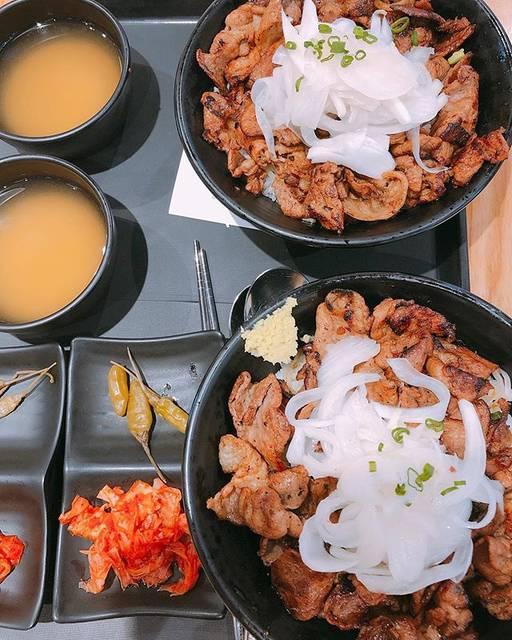 """ゆこ on Instagram: """"2019/5 釜山  最後の食事は西面のロッテ百貨店の下にあるフードコートで^_^ フードコートなので1人ご飯にもピッタリ。 ホンデゲミのモクサル丼! 玉ねぎの酢漬けがのっていてジューシーだけどさっぱり頂けました♡ 次はローストビーフ丼が食べたい!  #韓国#釜山#西面…"""" (765378)"""