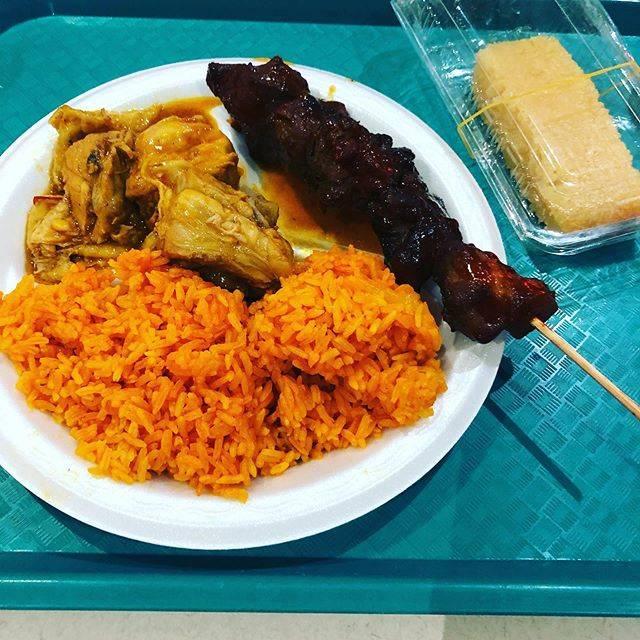 """ルスラン on Instagram: """"グアムのマイクロネシアモールのフードコートでチャモロ料理プレート。カドゥンピカというチキンカレーのようなものにBBQ、アチョーテの実で色付けしたレッドライス、そしてフィリピンのお菓子。#グアム#チャモロ料理 #レッドライス"""" (766125)"""