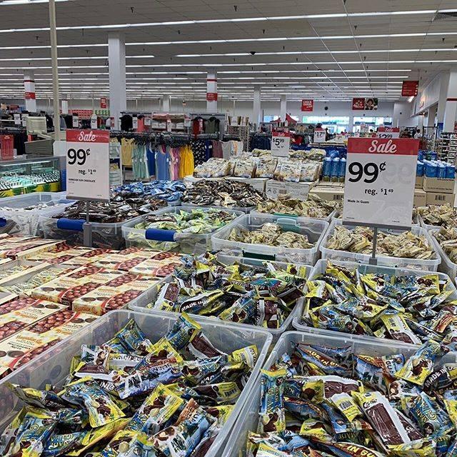 """_S_ on Instagram: """". . . グアム旅3日目 K mart という、日本でいうコストコみたいな スーパーに行きました。グアムとかの南国のお土産といえばマカダミアナッツということで、 大量買しました。とてもいろいろな種類があるのでとても楽しいですよ 🙆♀️ . . #グアム #GUAM #🇬🇺…"""" (766693)"""