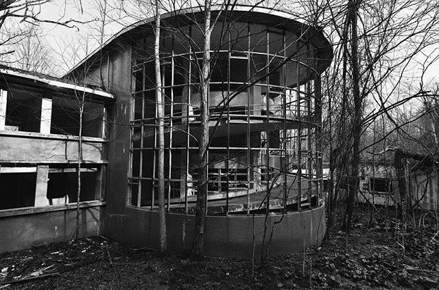 """Bokuwa on Instagram: """"昭和の日 4月29日を私はこう呼んでいます。 遠出できなかったしネタも無いのでまたここへやってきました。内部がかなり綺麗にされてしまったので以前のような不気味さは微塵も感じられなくなりました。 でも、拡大するのはやめましょう。笑 #雄別炭鉱病院 #病院跡地 #昭和の日 #緑の日…"""" (766770)"""