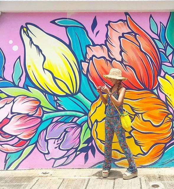 """chan♡yuka on Instagram: """"・ 可愛いかったカカアコのお花アート。 今年描かれてたのは わかりやすく見つけられて ひと安心…❤️ Honolulu Beerworksの通りだしね😜  ルイーゼ・オノさん作の壁画は 女性ならではの 鮮やかなタッチの作品。 日本でも描かれていて見かけると…"""" (768035)"""