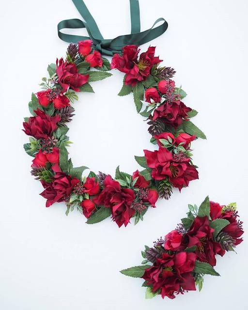 """RuEna on Instagram: """"RuEna クリスマスローズレイ クリップ 大人な赤です クリスマスローズがとても生花に似てます!  よく質問があって、「このレイに白を足してほしい」「同じ花で違う色はないですか?」など色々言われますが… アレンジ出来る限りやります😊!…"""" (768698)"""