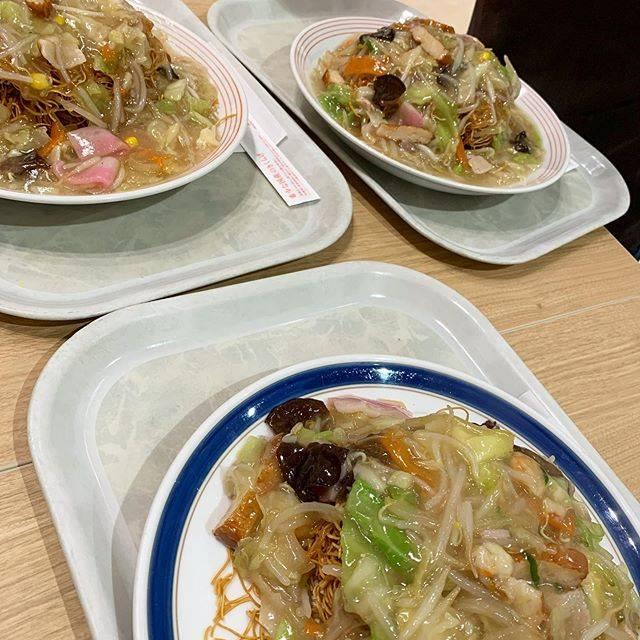 """sumiko on Instagram: """"奥の二人は麺大盛り😆🍜並盛りの私でさえお腹はち切れそうなんですけど…💦#長崎皿うどん #皿うどん #リンガーハット #リンガーハットの皿うどん #大盛り #お腹いっぱい"""" (770862)"""