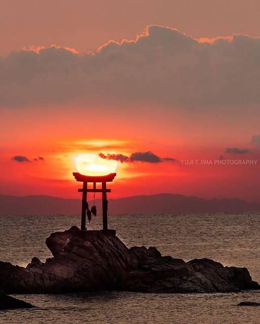 """こころから on Instagram: """"📍奈多八幡宮(なだはちまんぐう) / 大分 杵築市⠀ ⠀ 奈多海岸に鎮座している神社で、岩礁の上には鳥居が見えます。⠀ ⠀ 鳥居越しに見る日の出は、とても神秘的な雰囲気を感じられますね…😌⠀ ⠀ 💡お役立ち情報 奈多海岸は、広大な白い砂浜と見事な枝ぶりを見せる老松の景観が魅力。…"""" (771697)"""