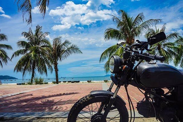 """U-chan on Instagram: """"[格安リゾートダナン] 海沿いをバイクで走るのが最高なんす。僕のバイクは1967年生まれで戦争も経験した大先輩。  @sunrise_danang  ↑↑↑↑↑↑↑↑↑↑ 僕たちのメインアカウントはこちら  …"""" (772932)"""