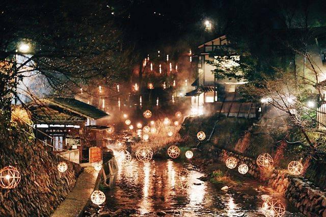 """黒川温泉/KurokawaOnsen on Instagram: """"今年で8回目の開催となる黒川温泉の「湯あかり」。もともとは放置竹林から地域の環境・景観を守るため、竹の間伐・再生活動の一環として始まりました。  ライトアップの総距離は約300m、球状の鞠灯篭を約300個、竹筒の灯篭を50個ほど設置します。 …"""" (772987)"""