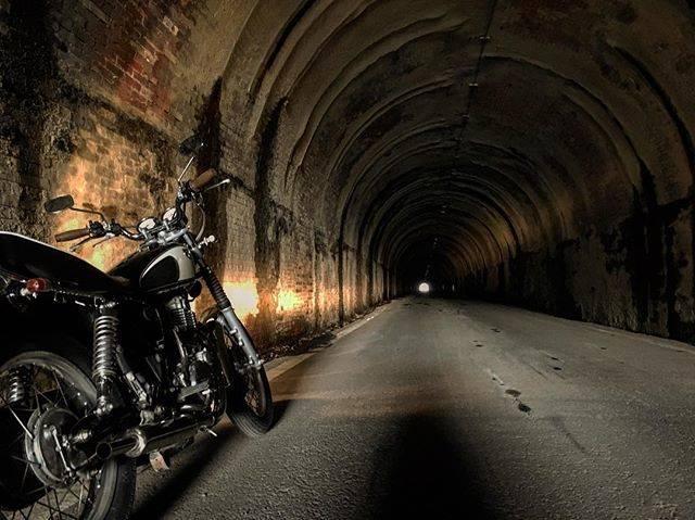 """すけ⌘ on Instagram: """"似たような構図が続きますが、トンネル内部です!怖かった(>_<`)#バイクのある風景 #yamahaが美しい #sr400 #バイク #ツーリング #旧佐敷トンネル #佐敷隧道 #登録有形文化財"""" (773126)"""