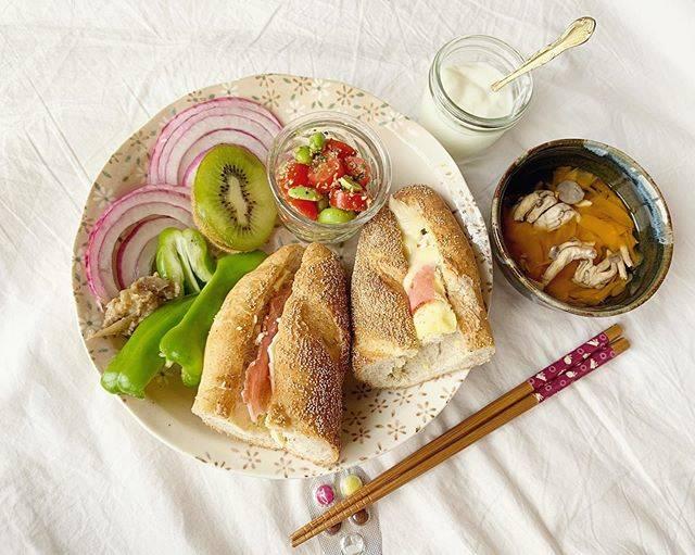 """@7mco__harapeko on Instagram: """"  #トワベール大好き!募集最終日も しっかりトワ充🥖  ベーコンのフィローネ 〈雑穀を入れたもっちり生地でベーコンとチーズがよく合います〉 ケシの実をたっぷりまとい、ちらりと覗くベーコンチーズ𓀥 まずはそのまま。 香ばしくて香り豊かなパン生地!!…"""" (774061)"""