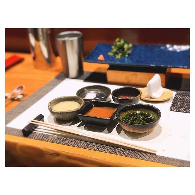 """𝓗𝓲𝓴𝓪𝓻𝓲♡ on Instagram: """"⋆ 8月に行って美味しくてそのまま 次の予約をして帰ったお鮨屋さん🍣❤️ ㅤㅤㅤㅤㅤㅤㅤㅤㅤㅤㅤㅤㅤ すでにお席に用意されている5種の薬味。 つまみはこの中から大将おすすめなもの、 自分の好みなものをつけて食べます♡ これが本当に美味しくて梅なんかはそれだけで飲める🤤…"""" (775318)"""