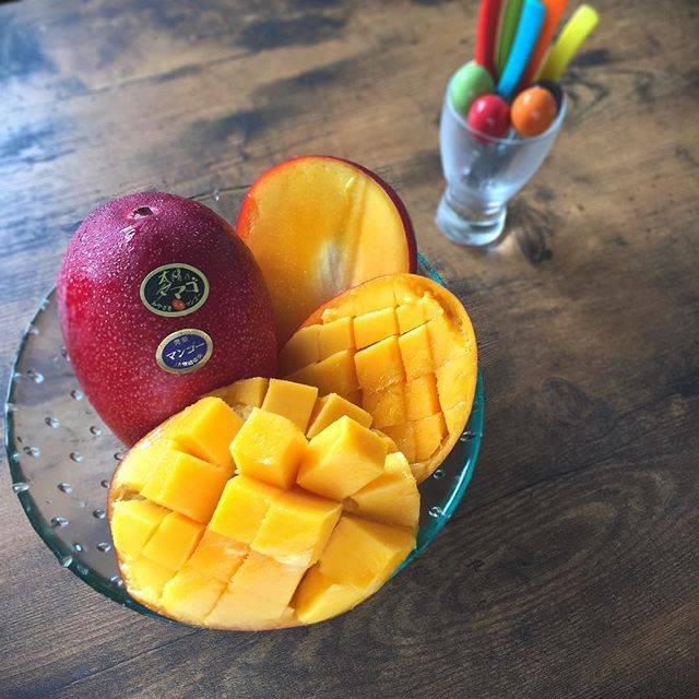 """SHIMA on Instagram: """"#太陽のたまご がやって来ました〜 #完熟マンゴー の王様! なかなか自分用には買えませんが、 贈っていただいて、 マンゴーを目にした瞬間、口にした時! 家族中の笑顔が満点になることが わかりました(笑) マンゴーのチカラすごっ! と、言うことで#大切な人への贈り物…"""" (775714)"""