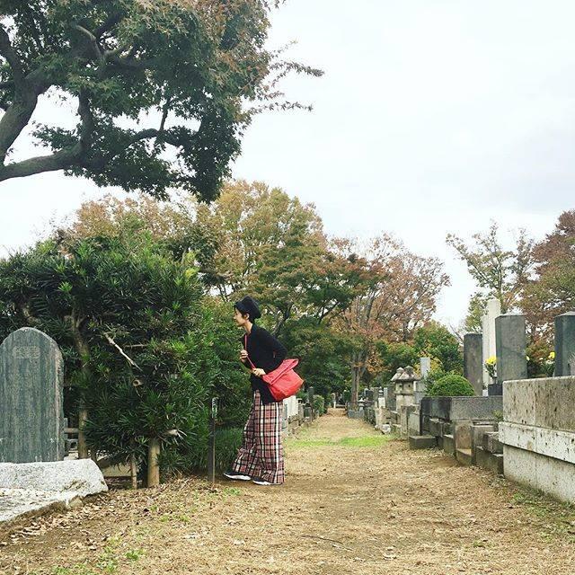 """Misato Oka  岡美里 on Instagram: """"Visiting  the Literary master's grave. わき道にそれて、散歩の神さん 永井荷風の墓参り。雨水が溜まった湯呑みがひとつ置かれていた。花はなし。生け垣に囲まれて墓石が見えないから探してしまった。らしいや。 #掃苔録"""" (775798)"""