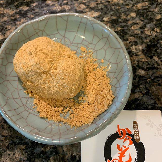 """TOMOO STEDIA on Instagram: """"お気に入りのお土産です いつも美味しい のどかな感じが漂う唐芋のお団子って感じです。  あんこ入りとなにも入っていないsimpleなものの half and half.  美味しい いくつでも食べれちゃう ごちそうさまです  #からいも団子  #きなこ  #宮崎名産…"""" (775944)"""