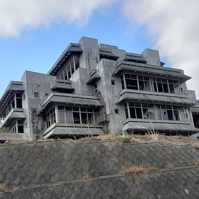 """Yukihiro Furuta on Instagram: """"三ヶ根山で有名な廃墟を見てきた。 何度放火されてもそこに建ち続ける三州園ホテルの廃墟好きにはたまらない一件。  中には入ってないよ。…"""" (777167)"""