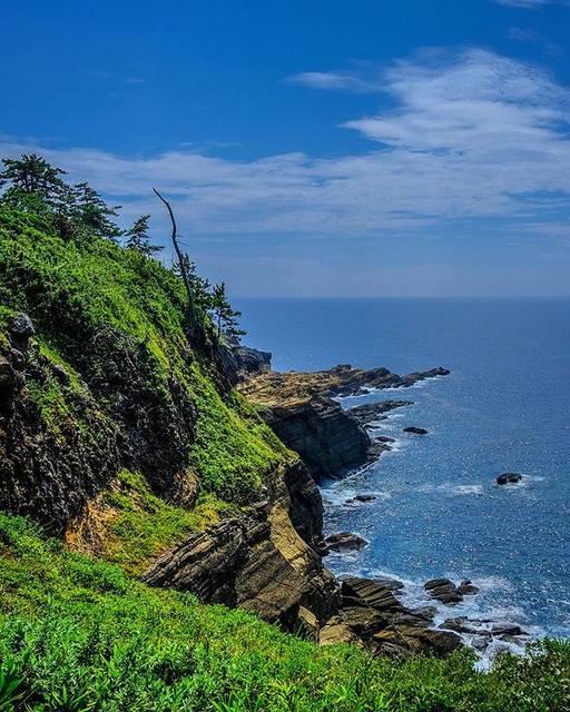 """Hiro Platypus Walker on Instagram: """"映画ゼロの焦点の舞台となった断崖。その高さはそこから見下ろすと身がヤセる思いをするほどだからヤセの断崖だそうで、あやかりたいものです。#ヤセの断崖 #能登 #能登ウォーキング . #太陽 #陽光 #青空 #空が好き #空と雲と太陽と #山と海が好き #自然が好き #絶景…"""" (778584)"""