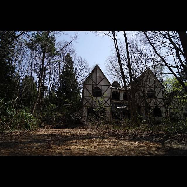 "Junya on Instagram: ""猪苗代湖付近にある「幽霊ペンション」と呼ばれる廃墟。10数年ぶりに初めて昼間に行ってみました。めちゃめちゃ怖かった´д` ;"" (779162)"