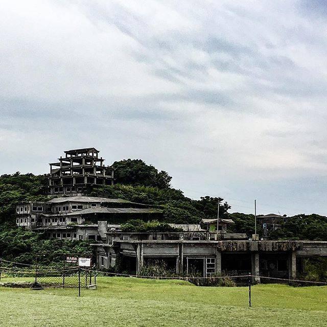 """ほしの on Instagram: """"中城高原ホテル跡が中城城跡から見える 廃墟好きな人にはこちらも魅力的 昭和50年開業予定だったとか かなりの歳月を経て心霊スポットにもなってるらしい。もうしばらくすると解体され綺麗に整備されるに違いない。 世界遺産のすぐ横なのだから。 . #廃墟  #中城高原ホテル…"""" (780522)"""