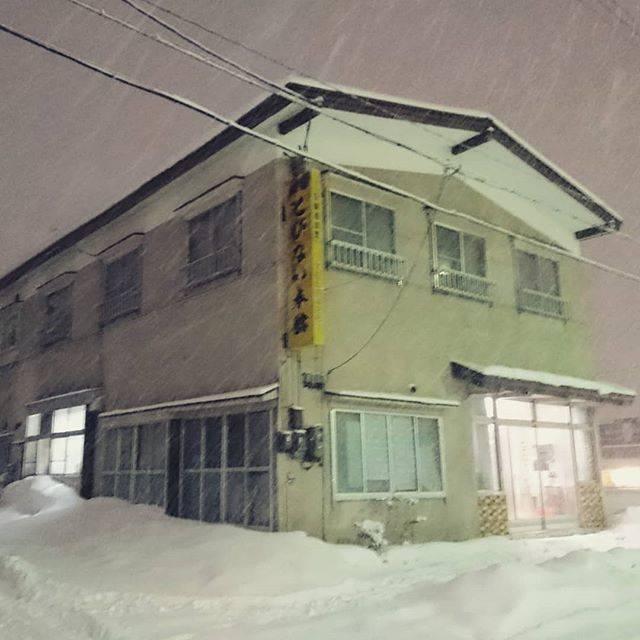 """kamosikama-kun on Instagram: """"なんかたくさん降ってきた⛄#下北半島 #とびない旅館 #雪ふり"""" (780706)"""