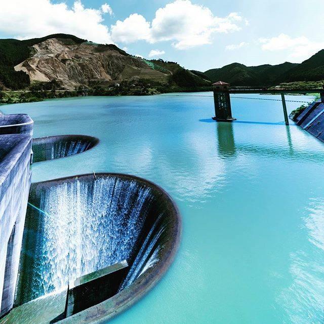 """Nobita on Instagram: """"滋賀県の #青土ダム (おおづちダム) ここには、水面に2つの大きなお椀型の #洪水吐 がある変わった光景をみることができます。 * 長秒撮影もしてみたかったけど、NDフィルター忘れちまった。😣 * この穴は、常に流れっぱなしの常用洪水吐。 いわゆる #ダム穴…"""" (781103)"""