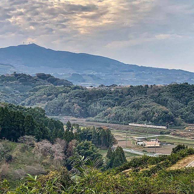 "Aoi Takeo on Instagram: ""先日の九州出張で熊本市から荒尾市へ向かう途中、田原坂公園に寄り道。西南の役の古戦場で往時を偲んでいると、麓を走る列車を見通すことができた。 鹿児島本線木葉ー田原坂  Visited Tabaruzaka Park, a fierce battlefield of civil…"" (782821)"
