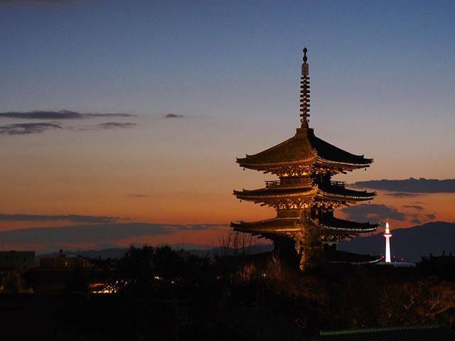 "Tera on Instagram: ""冬の夕焼け ・ 京都東山の夕焼け。 空が夕日に染まり、八坂の塔も紅く浮かびます。 ・ ・ @tera_sanpo お散歩動画はこちら ・ OLYMPUS PEN-F  M.ZUIKO DIGITAL ED 12-200mm F3.5-6.3 Location:…"" (789635)"