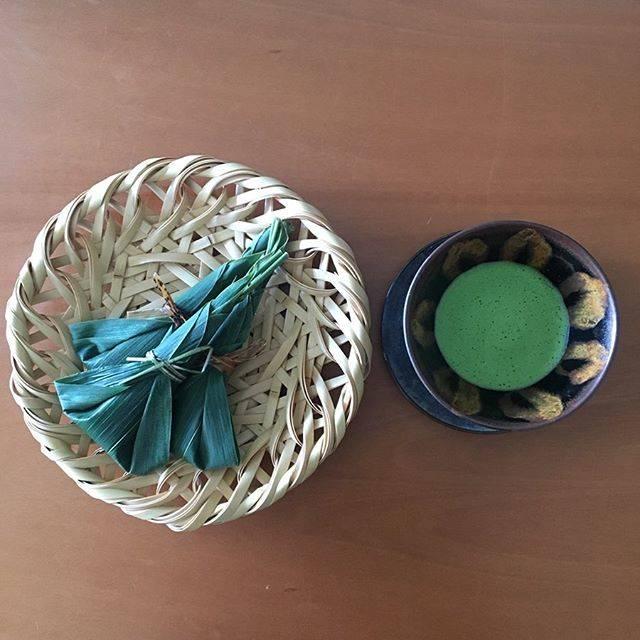 "Natsuko Nakae on Instagram: ""☀️Good morning tea and sweets☀️ 笹はなぜ、こんなにもよい香りなのでしょうか。 おはようございます🐼 ➿➰♾ #goodmorning #sweets #matcha #japanesesweets #teaceremony #pottery…"" (789974)"